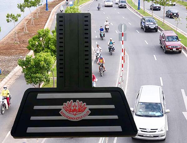 Tấm chắn đinh xe máy nhựa dẻo màu đen có tấm chắn in hai lớp sọc xám hoa đỏ