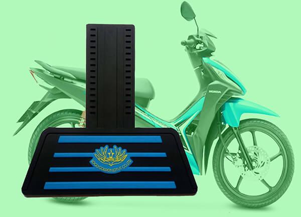 Tấm chắn đinh xe máy nhựa dẻo màu đen có tấm chắn in hai lớp sọc xanh dương hoa xanh dương