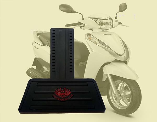 Tấm chắn đinh xe máy nhựa dẻo màu đen in một lớp hoa màu đỏ
