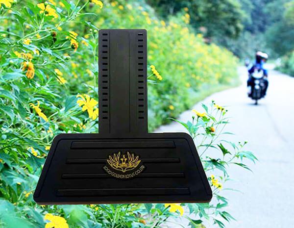 Tấm chắn đinh xe máy nhựa dẻo màu đen in một lớp hoa màu vàng