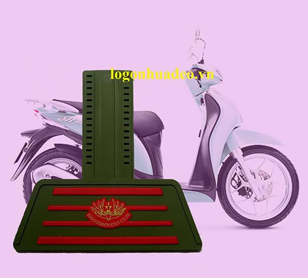 Tấm chắn đinh xe máy nhựa dẻo màu xanh lục có tấm chắn in hai lớp sọc đỏ hoa đỏ